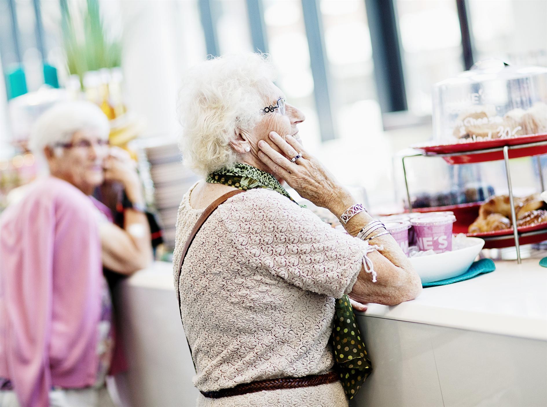 Äldre damer på kafé