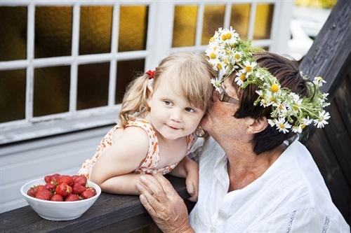 barn och äldre kvinna