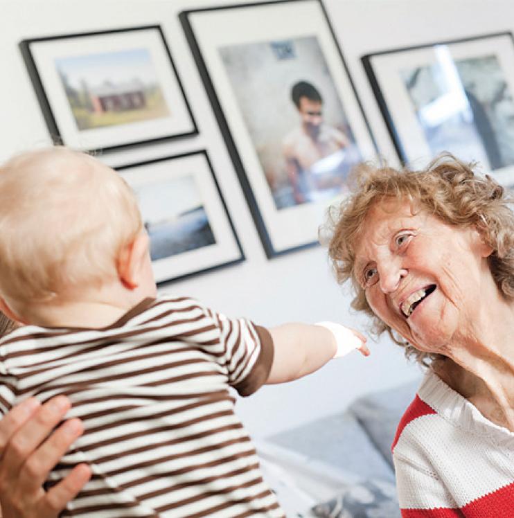 Äldre kvinna och bebis