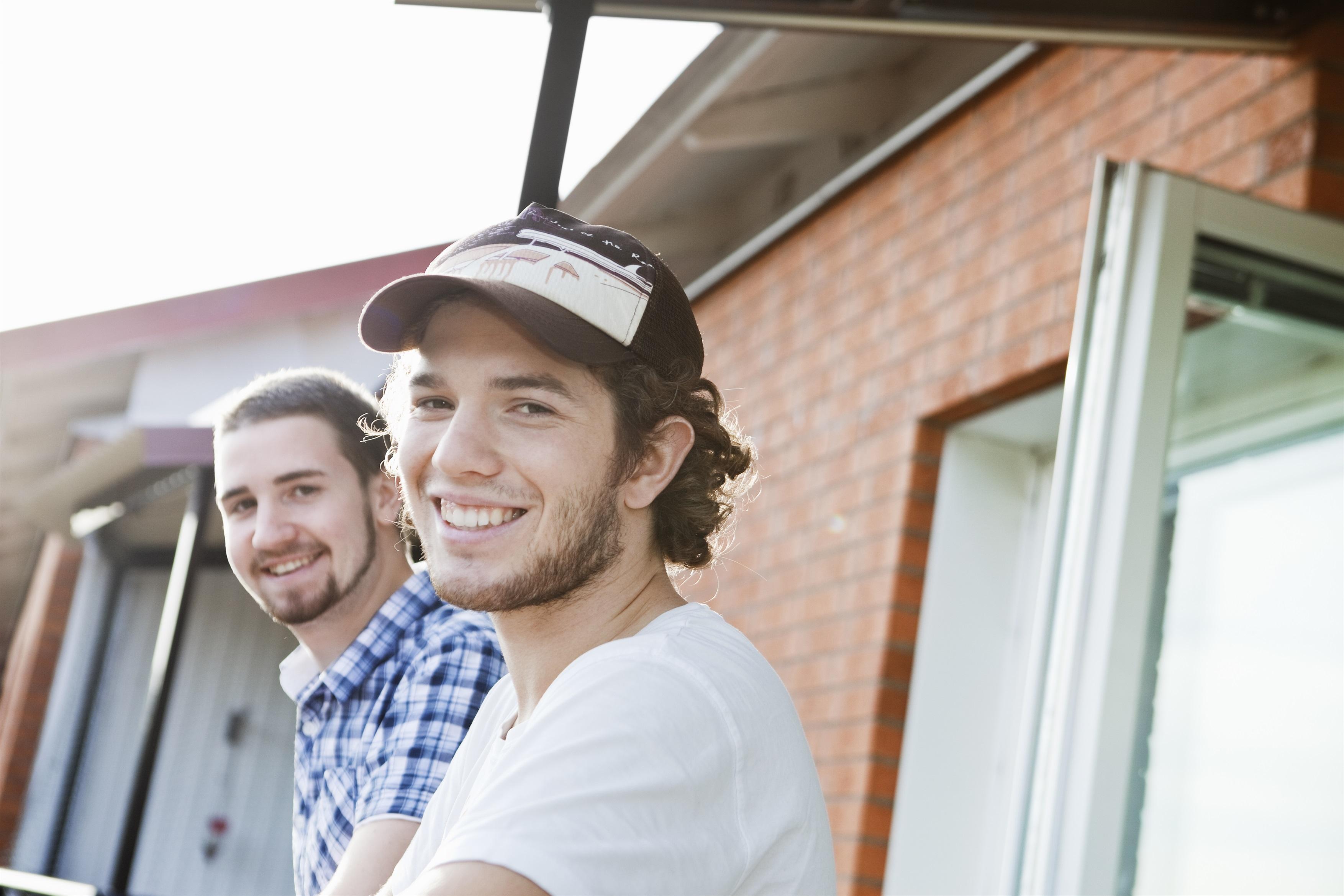 Unga killar på balkong