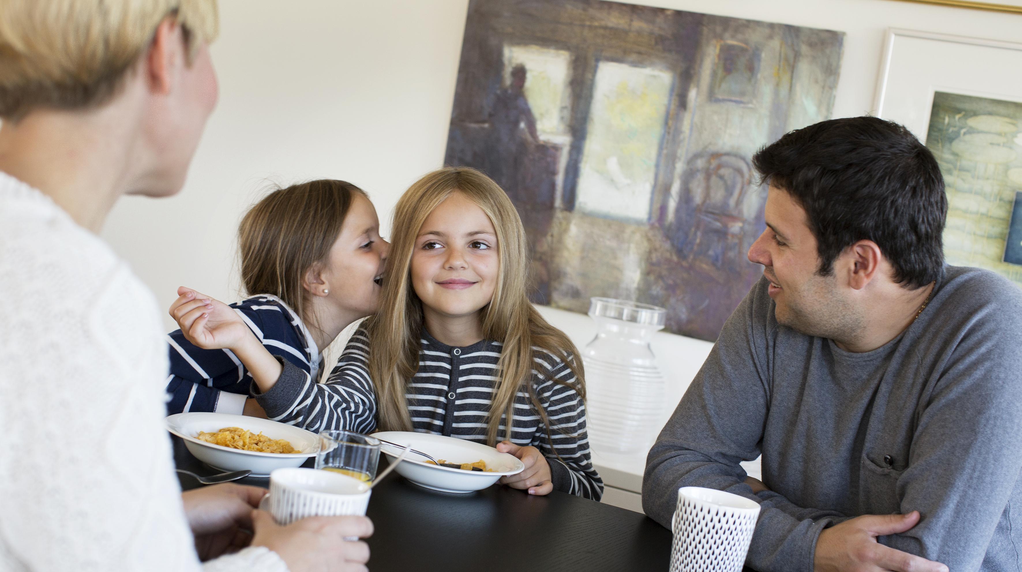 Barnfamilj vid frukostbordet