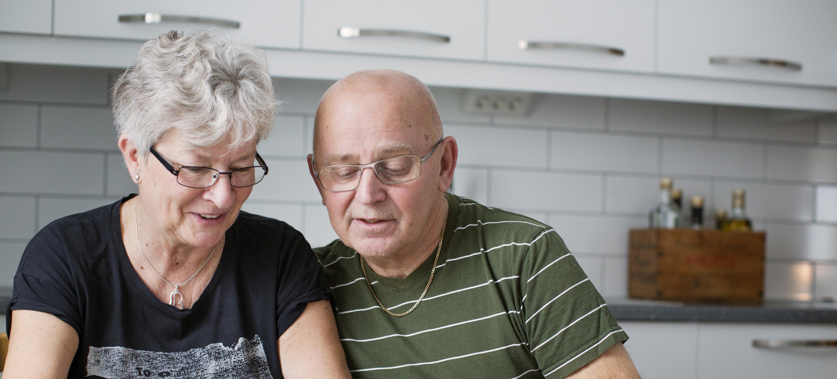 Äldre man och kvinna i kök