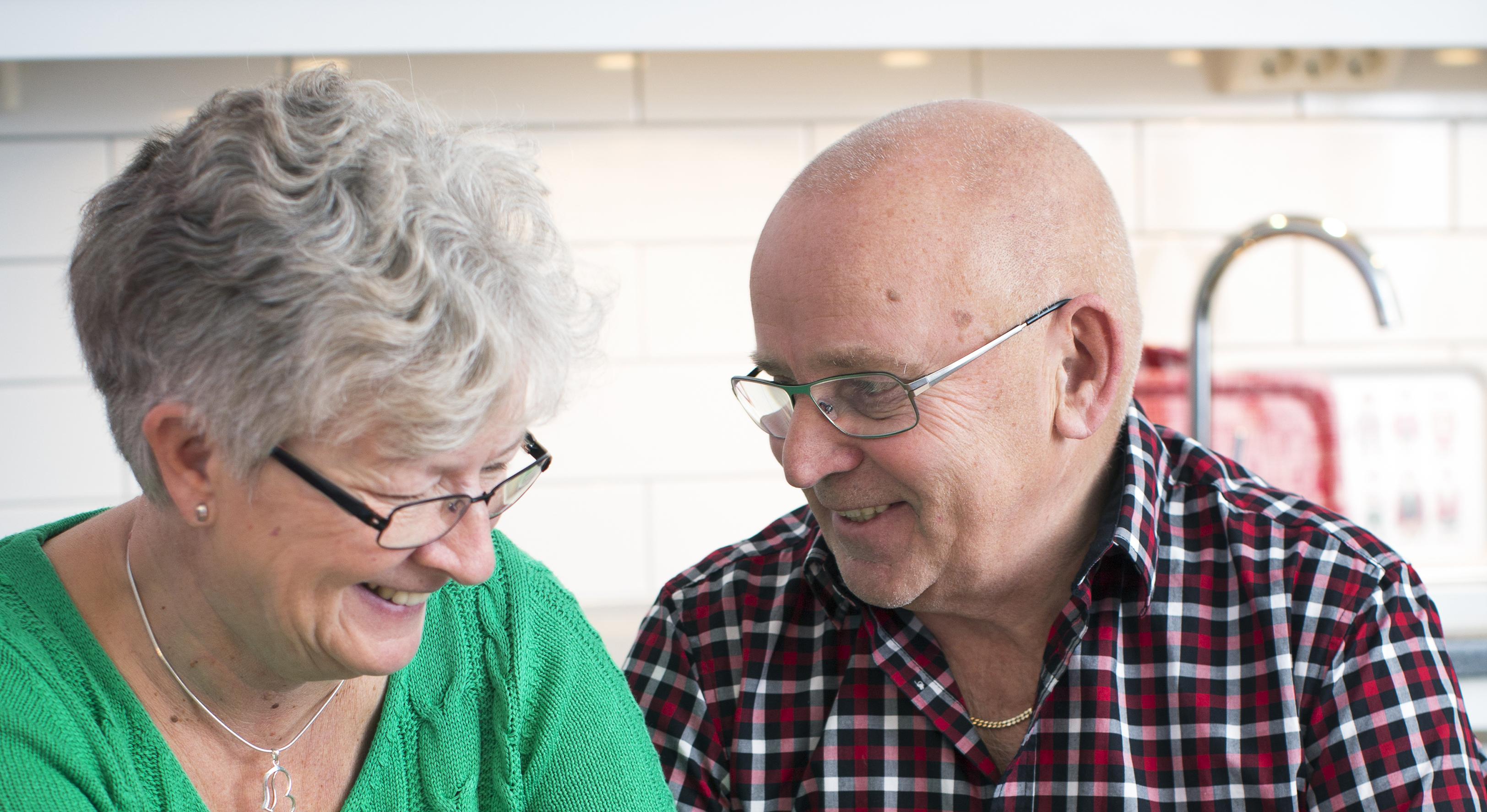 Äldre man och kvinna i köket