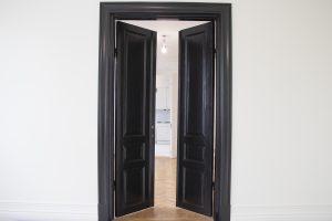 Vy med spegeldörrar inifrån Kungsgatan 34