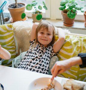 Barn vid matbordet