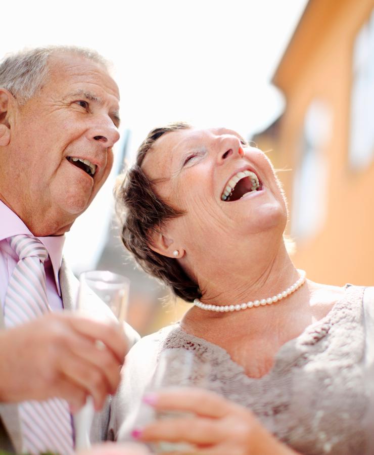 Äldre par som skrattar