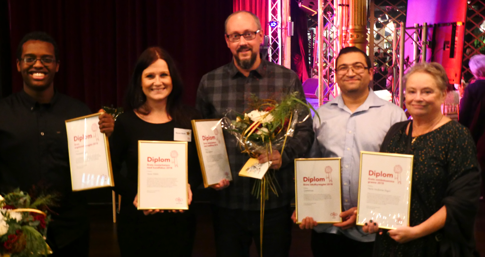 Fem av vinnarna på ÖBO-galan 2018 visar upp sina diplom.