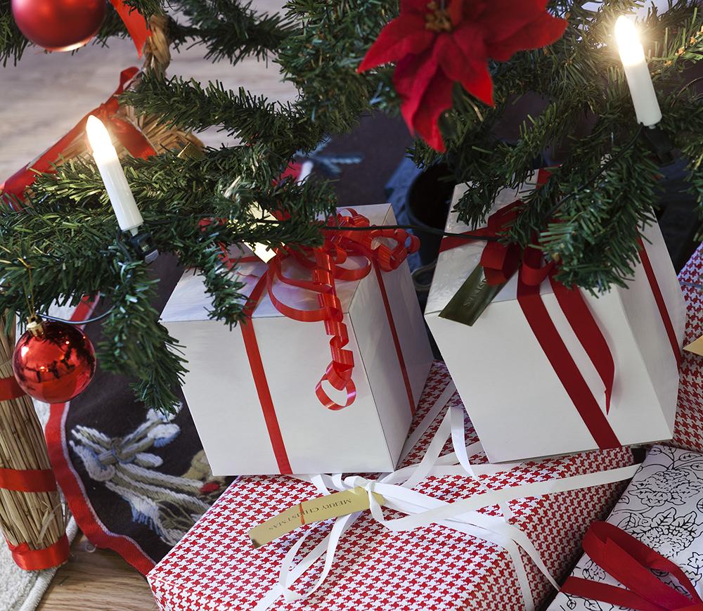 Julgran med paket under
